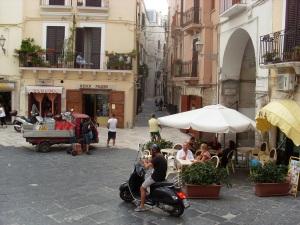 Straßenszene in der Altstadt von Bari