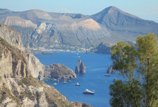 02 Blick vom Belvedere Quattrocchi auf die Südwestküste Liparis und Vulcano