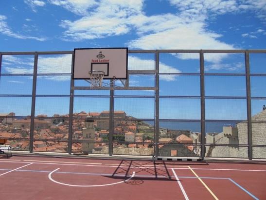 03_Basketballplatz mit Ausblick auf die Altstadt von Dubrovnik
