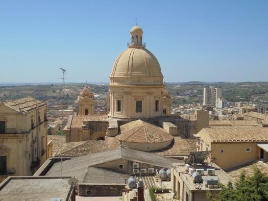 01 Blick vom Balkon des Ostello - die Kuppel der Kathedrale von Noto